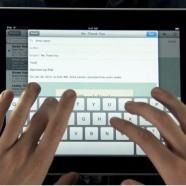 Typen op een iPad-scherm